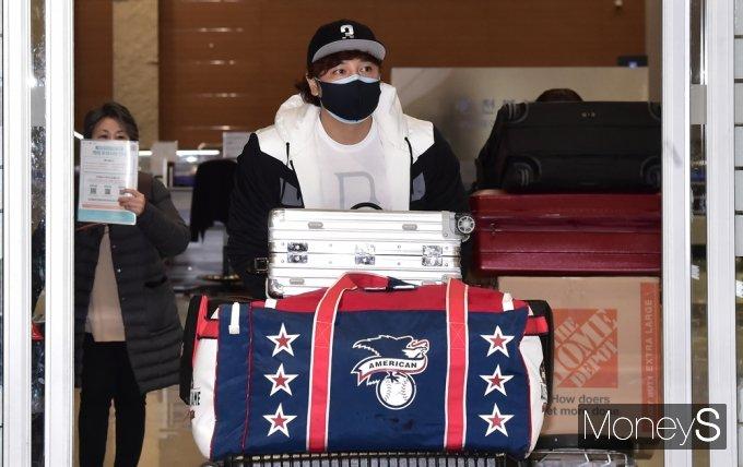 신세계그룹 야구단과 계약을 맺은 추신수가 지난 25일 인천국제공항을 통해 입국하고 있다. /사진=임한별 기자