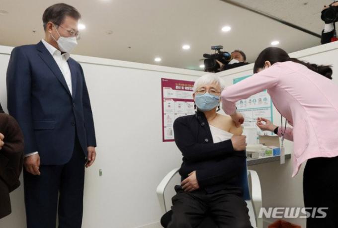 문재인 대통령(왼쪽)이 26일 오전 서울 마포구 보건소에서 아스트라제네카 백신 접종 현장을 지켜보고 있다. /사진=뉴시스