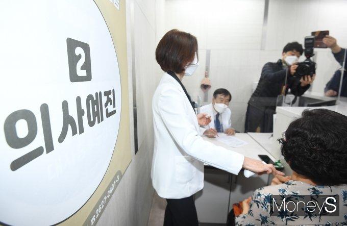 [머니S포토] 오늘부터 코로나19 백신 접종 시작