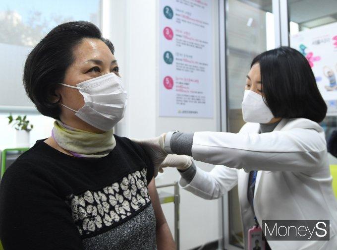 [머니S포토] 코로나 백신 접종 시작…'일상회복 첫 걸음'