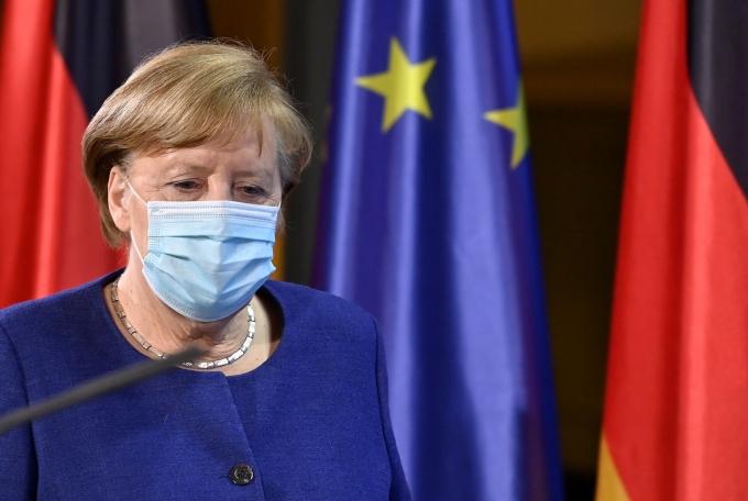 유럽연합(EU)이 올 여름 내에 '백신 여권'을 제공할 수 있을 것으로 전망된다. 사진은 지난 25일(현지시각) 메르켈 총리가 독일 베를린에서 열린 EU 화상 정상회의 후 기자회견을 위해 이동하고 있는 모습. /사진=로이터
