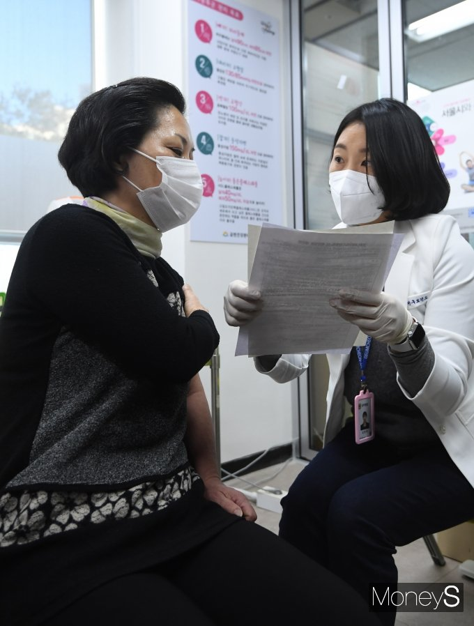[머니S포토] '코로나19 백신접종 후 유의사항 안내'