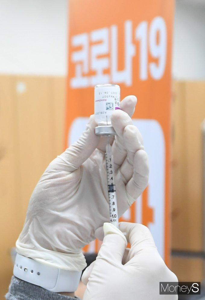 [머니S포토] '코로나19' AZ 백신 접종 시작