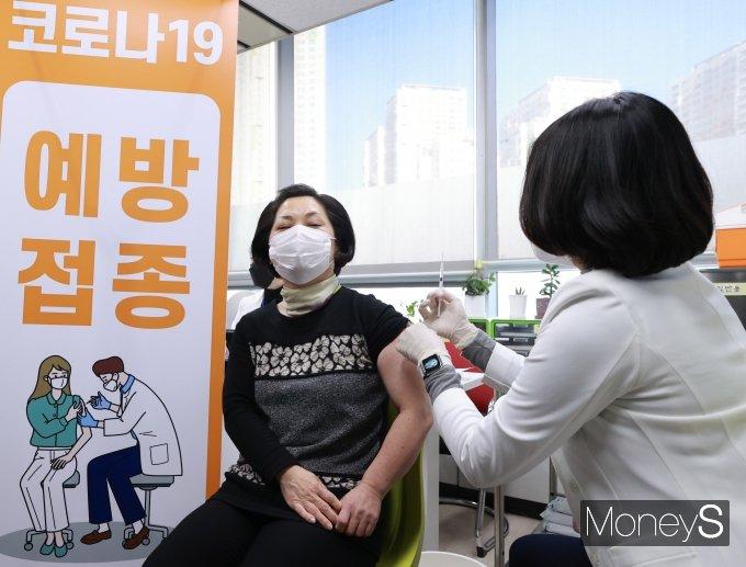 [머니S포토] 긴장되는 코로나19 백신 접종