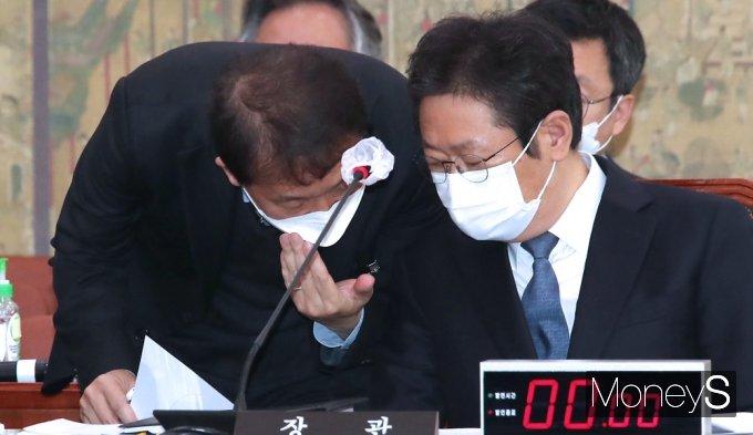 [머니S포토] 국회 문체위, 의견 나누는 황희 장관