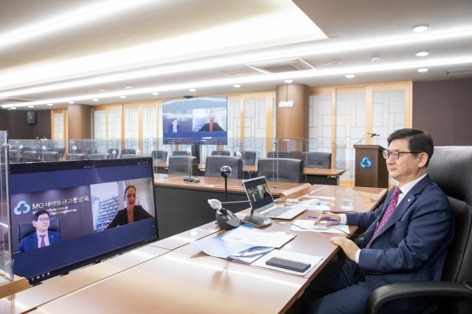 황국현 새마을금고중앙회 지도이사가 지난 25일 서울 강남구 삼성동 새마을금고중앙회 본부회관에서 유럽협동조합은행협회(EACB) 화상회의에 참여했다. /사진=새마을금고