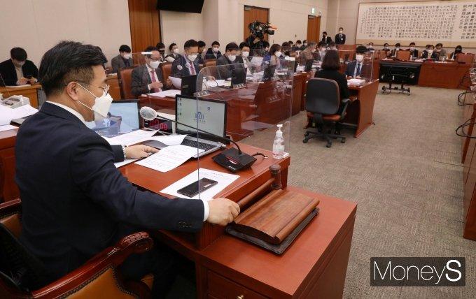 [머니S포토] 의사봉 두드리는 윤호중 법사위원장