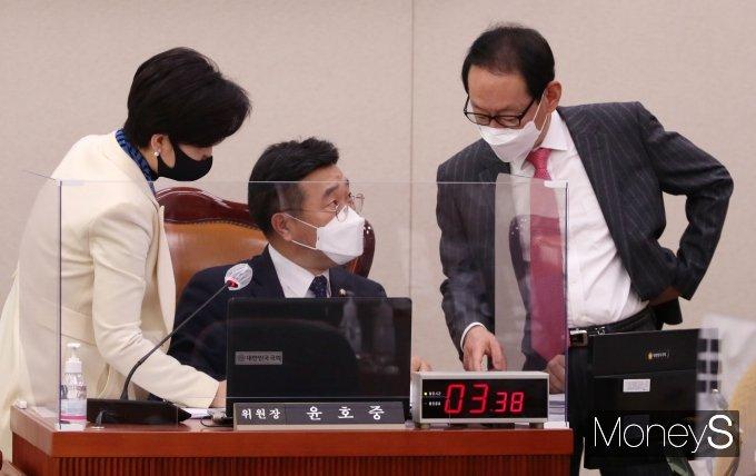 [머니S포토] 대화하는 윤호중 법사위원장과 여야 간사
