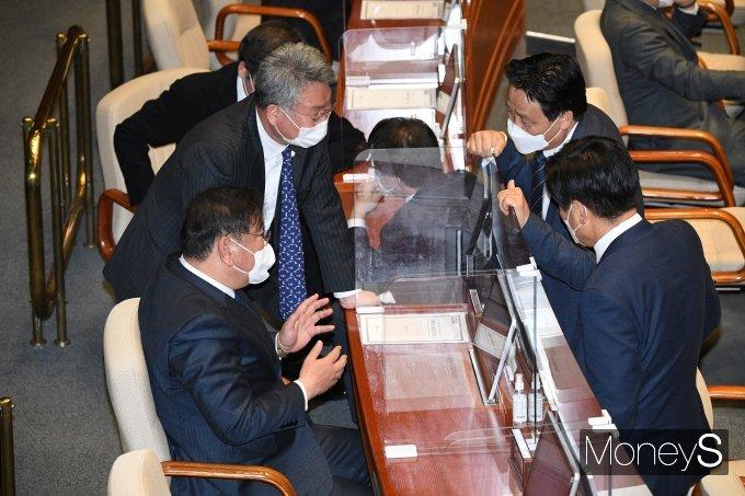 [머니S포토] 본회의에서 의원들과 대화하는 김태년 원내대표