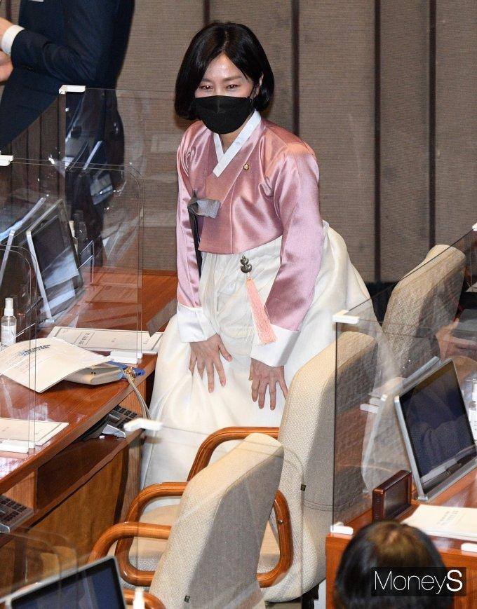 [머니S포토] 한복 입고 본회의 참석한 허은아 의원