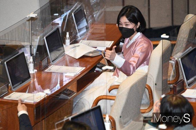 [머니S포토] 허은아 의원, 한복 입고 국회 본회의 출석
