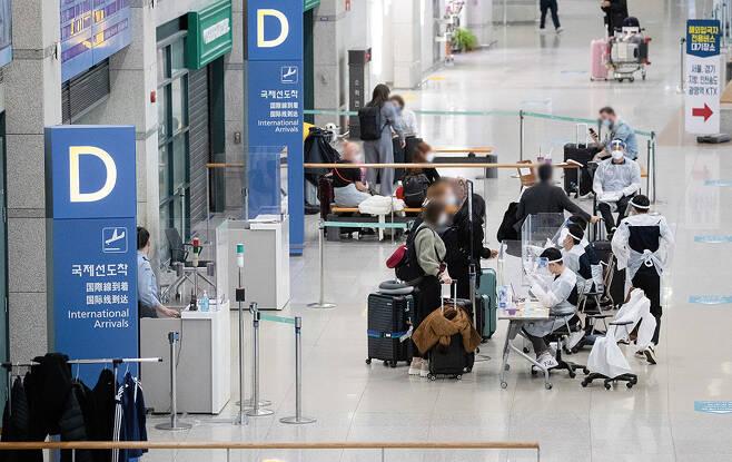 인천국제공항 제1여객터미널에서 해외입국자들이 공항을 나서고 있다./사진=뉴스1 이재명 기자