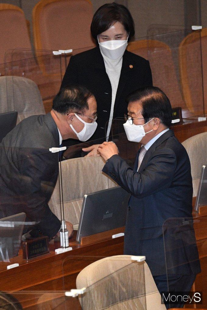 [머니S포토] 본회의서 대화하는 박병석 의장과 홍남기 부총리