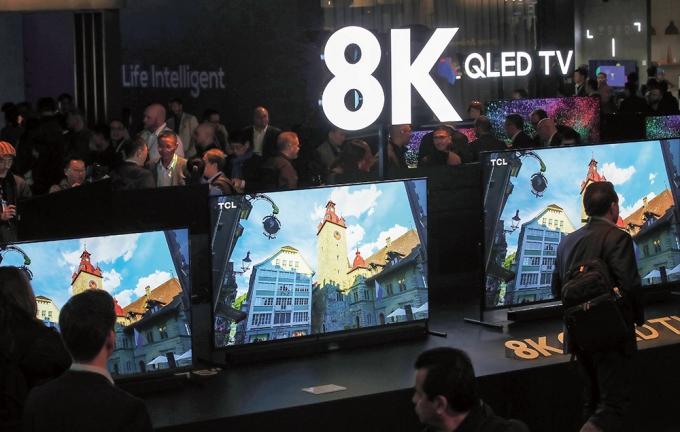 지난해 1월 미국 라스베이거스 컨벤션센터에서 열린 'CES 2020' 에 중국 TCL의 8K QLED TV가 전시됐다. / 사진=뉴스1 오대일 기자