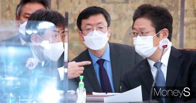 [머니S포토] 국회 문체위, 대화 나누는 황희-김정배