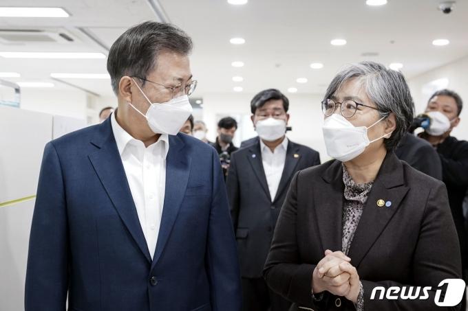 문재인(왼쪽) 대통령이 코로나19 백신 접종이 시작된 26일 오전 서울 마포구 보건소를 방문해 백신 접종 모습을 참관하고 정은경 질병관리청장으로부터 백신 접종 계획 및 준비상황을 보고 받았다. /사진=뉴스1