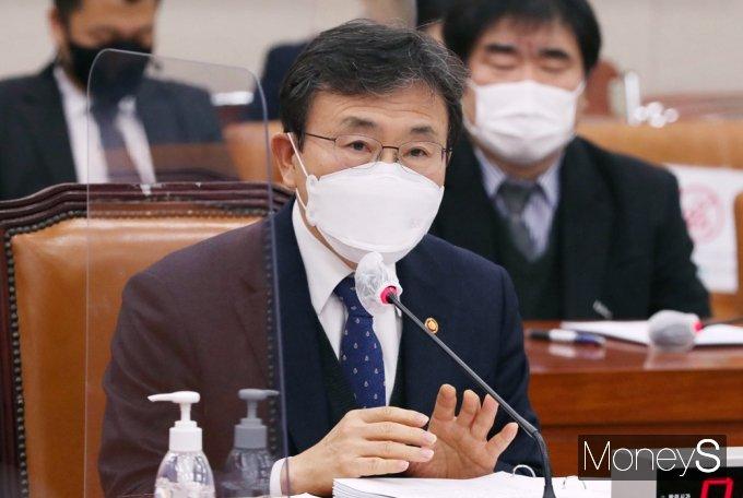 [머니S포토] 의료법 개정안 질의 답변하는 권덕철 장관