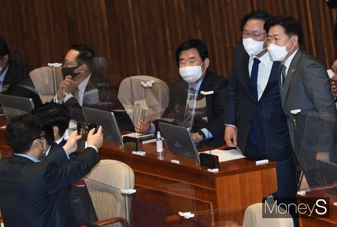 [머니S포토] 김태년·오영훈 '제주4.3사건 진상규명 법안 본회의 통과 기념'