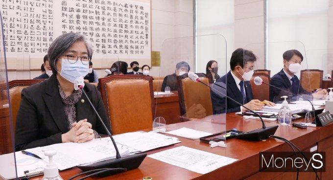[머니S포토] 국회 법사위, 백신접종 질의 답변하는 '정은경'