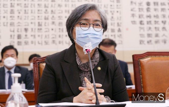[머니S포토] 법사위 질의 답변하는 정은경 질병청장