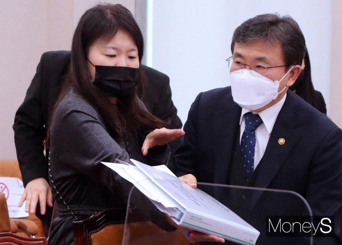 [머니S포토] '의료법 일부개정안' 법사위 계류…퇴장하는 권덕철 장관