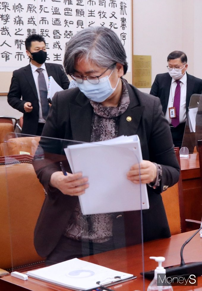 [머니S포토] 국회 법사위 퇴장하는 정은경 질병청장