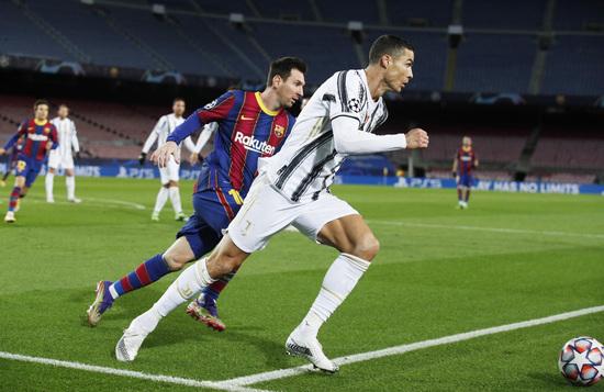 현행 챔피언스리그는 총 32개의 본선 진출팀이 4개팀씩 8개조로 조별예선을 치른다. 사진은 지난해 12월8일 스페인 바르셀로나의 캄프 누에서 열린 2020-2021 챔피언스리그 조별예선 G조 FC바르셀로나와 유벤투스의 경기 한장면. /사진=로이터