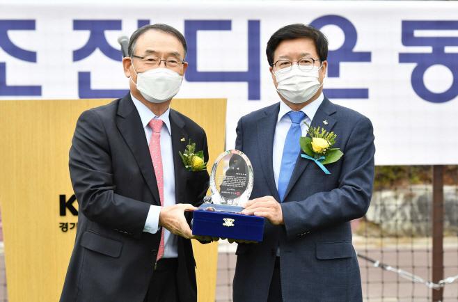 준공식에서 김인규 경기대 총장이 염태영 시장에게 감사패를 전달하고 있다. / 사진제공=수원시