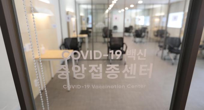 다국적제약사 화이자가 개발한 신종 코로나바이러스 감염증(코로나19) 백신이 오늘(27일)부터 접종이 시작된다. 첫 접종 일인 27일에는 300명에게 접종되고, 이후 권역별·지역별 접종센터로 접종이 확대된다./사진=국회사진취재단