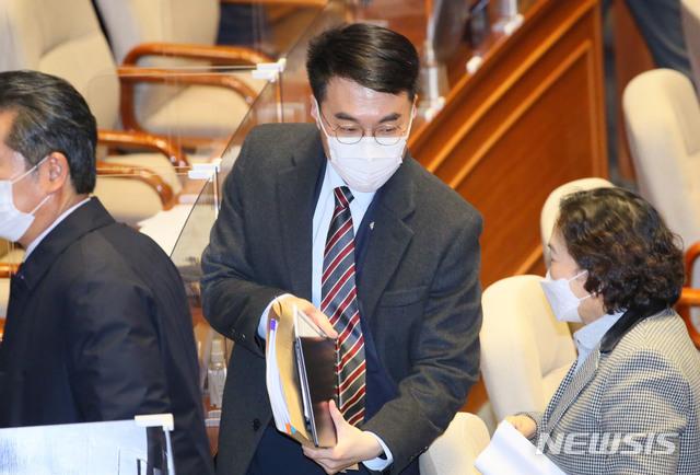 김남국 더불어민주당 의원이 9일 오후 서울 여의도 국회에서 열린 본회의가 정회되자 회의장을 나가고 있다. / 사진=뉴시스