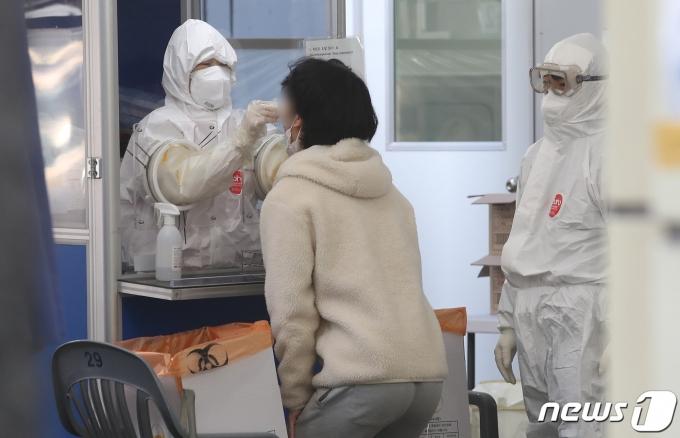 신종 코로나바이러스 감염증(코로나19) 국내 백신 접종이 시작된 26일 오전 서울 송파보건소 선별진료소에서 시민들이 코로나19 검사를 받고 있다. 2021.2.26/뉴스1 © News1 임세영 기자