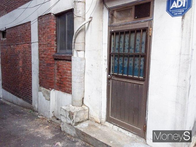 정부는 2월5일 서울역 쪽방촌의 공공주도 정비계획을 발표했다. 한국토지주택공사(LH)와 서울주택도시공사(SH)가 공동으로 시행해 동자동 일대 4만7000㎡ 쪽방촌을 주거타운으로 개발하고 주민의 재정착을 위해 공공주택 1450가구(임대 1250가구·분양 200가구)와 민간분양주택 960가구를 공급한다는 계획이다. /사진=김노향 기자
