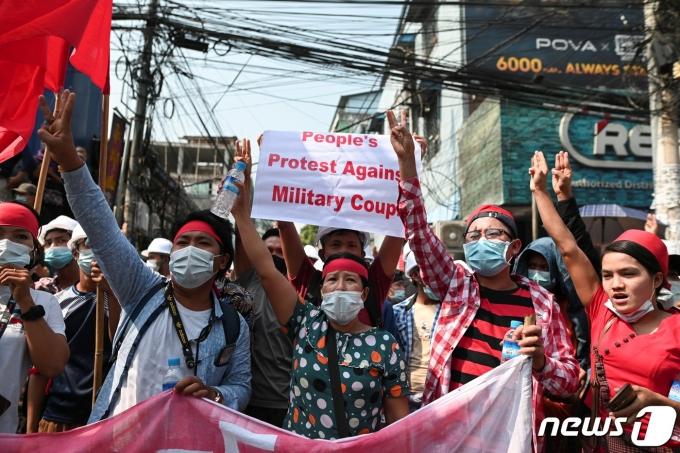 미얀마 최대 도시 양곤에서 2021년 2월 6일 시민들이 거리로 나와 군부 쿠데타에 항의하며 아웅산 수치 국가고문의 석방을 요구하고 있다. © 로이터=뉴스1 © News1 최서윤 기자