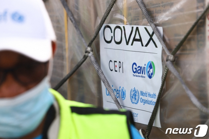국제 백신협력 프로그램 '코백스'의 첫 백신은 아프리카 가나로 보내졌다. 사진은 2021년 2월 24일 코백스가 보낸 아스트라제네카 백신이 가나에 도착한 모습.  © AFP=뉴스1