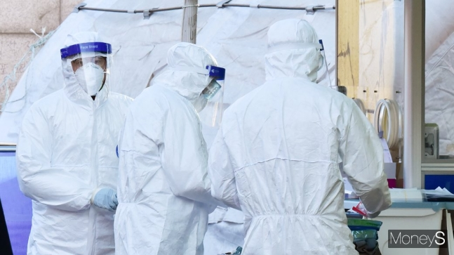 400명대 코로나 확진… 백신접종 이틀째, 확산세 꺾일까