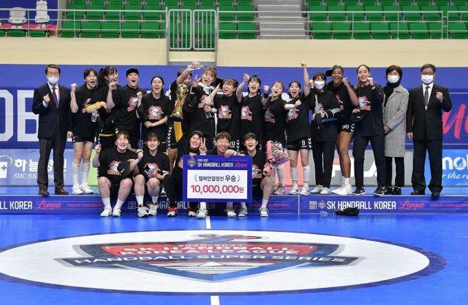 부산시설공단이 2020-21 SK핸드볼코리아리그 여자부 통합우승을 차지했다.© 뉴스1