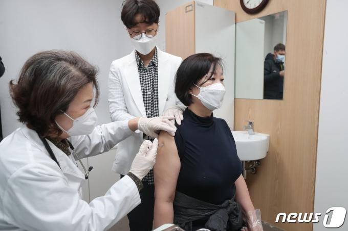 백신 접종자 근육통·발열 증상… 수액주사 맞고 퇴원