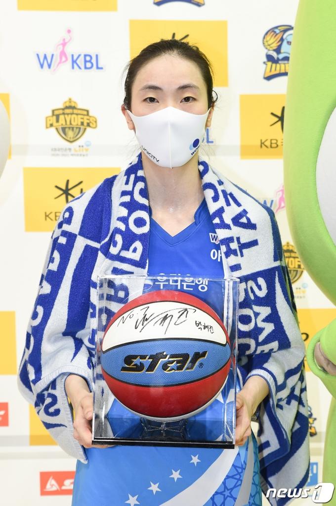 [사진] 박혜진 'PO 1차전 MVP'