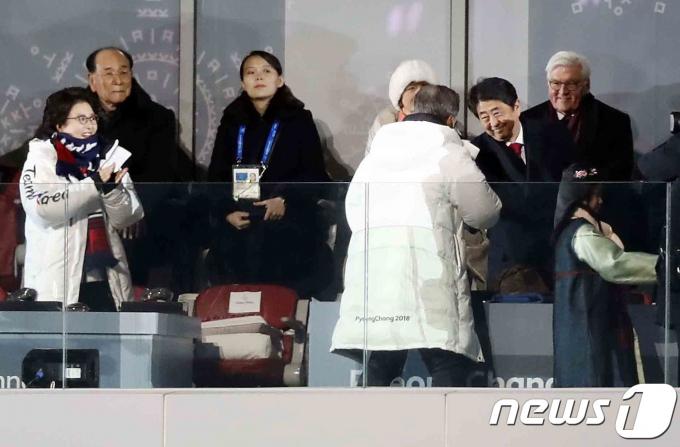 강원도 평창올림픽스타디움에서 열린 평창동계올림픽 개막식에 문재인 대통령이 아베신조 일본 총리와 인사를 나누고 있다. 2018.2.9/뉴스1 © News1 사진공동취재단