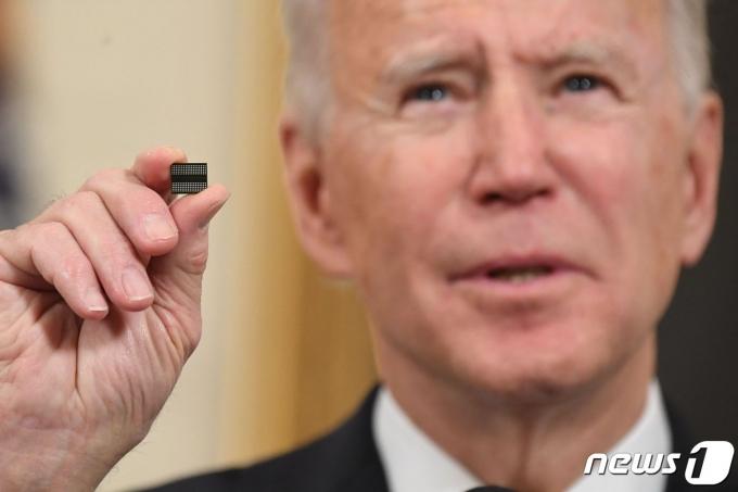 조 바이든 미국 대통령이 24일(현지시간) 워싱턴 백악관에서 반도체· 희토류 ·배터리 등 핵심 품목의 공급망을 확보하는 내용의 행정명령에 서명을 하기 전에 반도체 칩을 들고 연설을 하고 있다. © AFP=뉴스1 © News1 우동명 기자