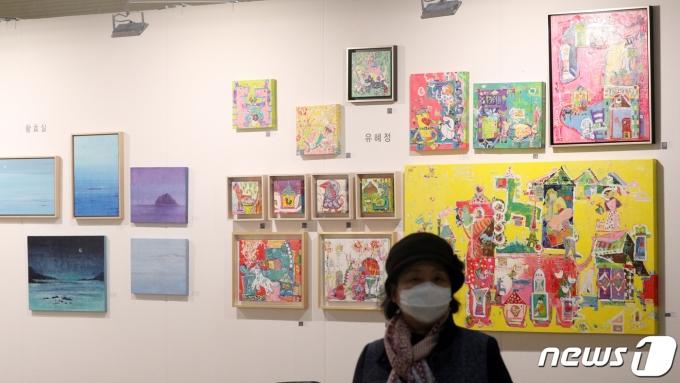 지난해 열린 '2020 화랑미술제'에서 마스크를 착용한 관객들이 작품을 관람하고 있다. /뉴스1 © News1 황기선 기자