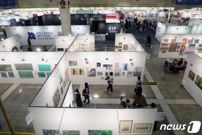 지난해 열린 '2020 화랑미술제'에서 관객들이 작품을 감상하고 있다. /뉴스1 © News1 황기선 기자