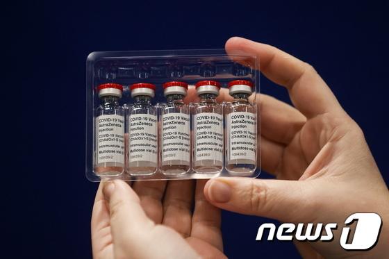 영국 뉴캐슬어폰타인에 있는 백신센터에서 의료진이 아스트라제네카가 개발한 신종 코로나바이러스감염증(코로나19) 백신을 들어 보이는 모습. 로이터=뉴스1© 뉴스1