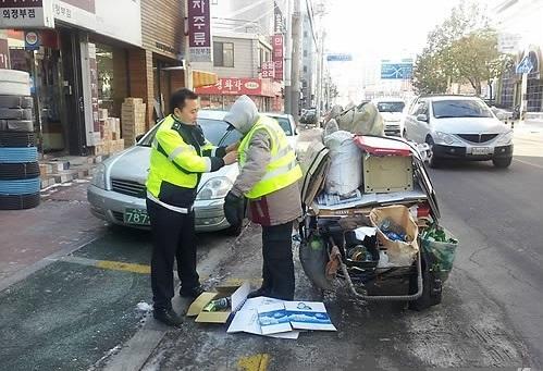 의정부경찰이 폐지수거 노인에게 야광조끼, 지팡이 등 안전용품을 배부하고 있다. /사진=의정부경찰서