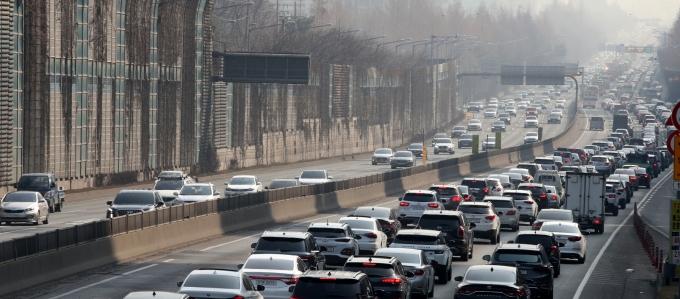 3·1절 연휴 둘째날인 28일 일요일 전국 고속도로는 평소 주말보다 혼잡할 전망이다. 사진은 최근 설 연휴 정체를 보이던 경부고속도로 모습. /사진=뉴시스 김명원 기자