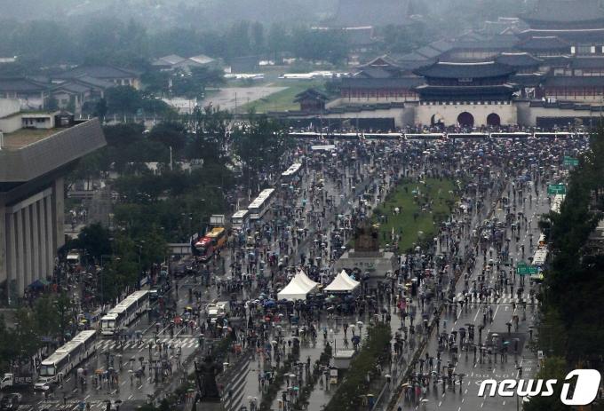 광복절인 지난해 8월 15일 서울 종로구 광화문광장에서 자유연대 등 보수단체 회원들이 대규모 집회를 열고 행진하고 있다. 2020.8.15/뉴스1 © News1 민경석 기자