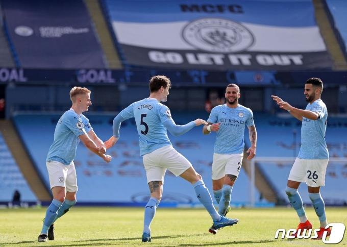 맨체스터 시티 선수들이 28일 영국 맨체스터의 에티하드 스타디움에서 열린 웨스트햄과의 2020-21 잉글랜드 프리미어리그 26라운드에서 득점 후 기뻐하고 있다. © AFP=뉴스1