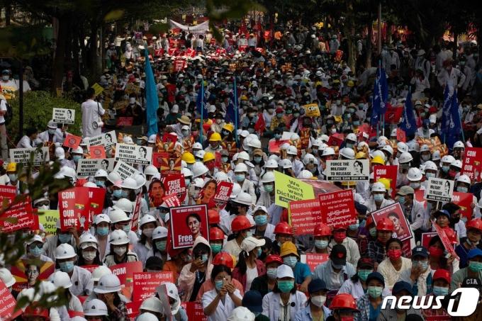 18일 (현지시간) 미얀마 만달레이에서 군사 쿠데타를 규탄하는 시위대가 도로를 점거하고 있다, © AFP=뉴스1 © News1 우동명 기자