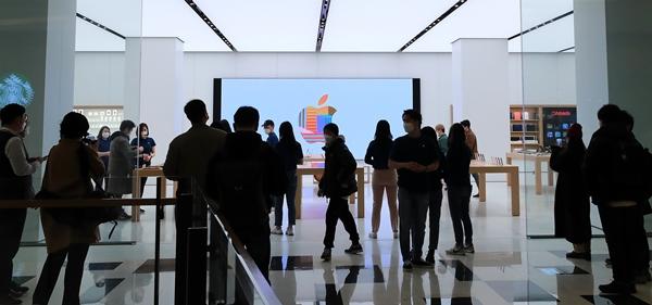 팀 쿡 애플 최고경영자(CEO)가 국내 애플 스토어 2호점에 축하 메시지를 보냈다. 사진은 시민들이 애플스토어 2호점인 서울 영등포구 IFC몰 애플스토어 여의도점에서 제품을 둘러보는 모습. /사진=뉴스1