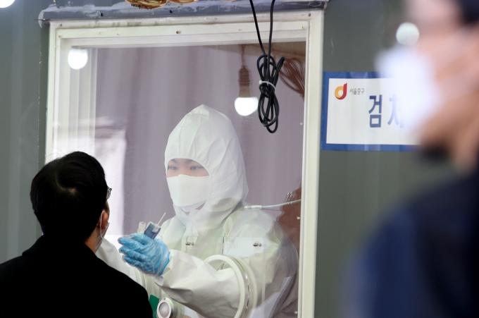 코로나19 파견 의료 인력이 해당 지역을 오갈 때 내는 고속도로 통행료를 면제 받는다. 사진은 지난달 27일 서울역 코로나19 임시검사소에서 의료진이 시민들의 검체를 채취하는 모습. /사진=뉴시스 김명원 기자
